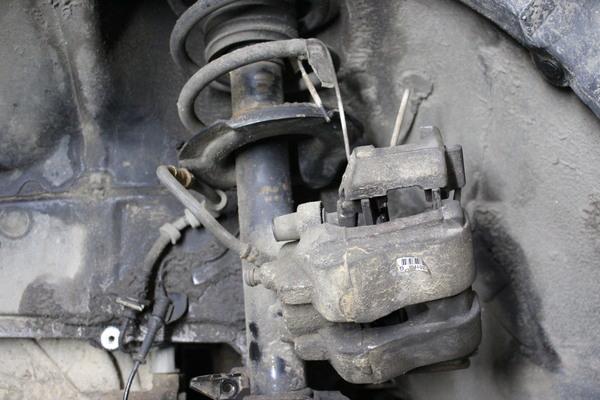 Подвешиваем тормозной суппорт Форд Эскейп