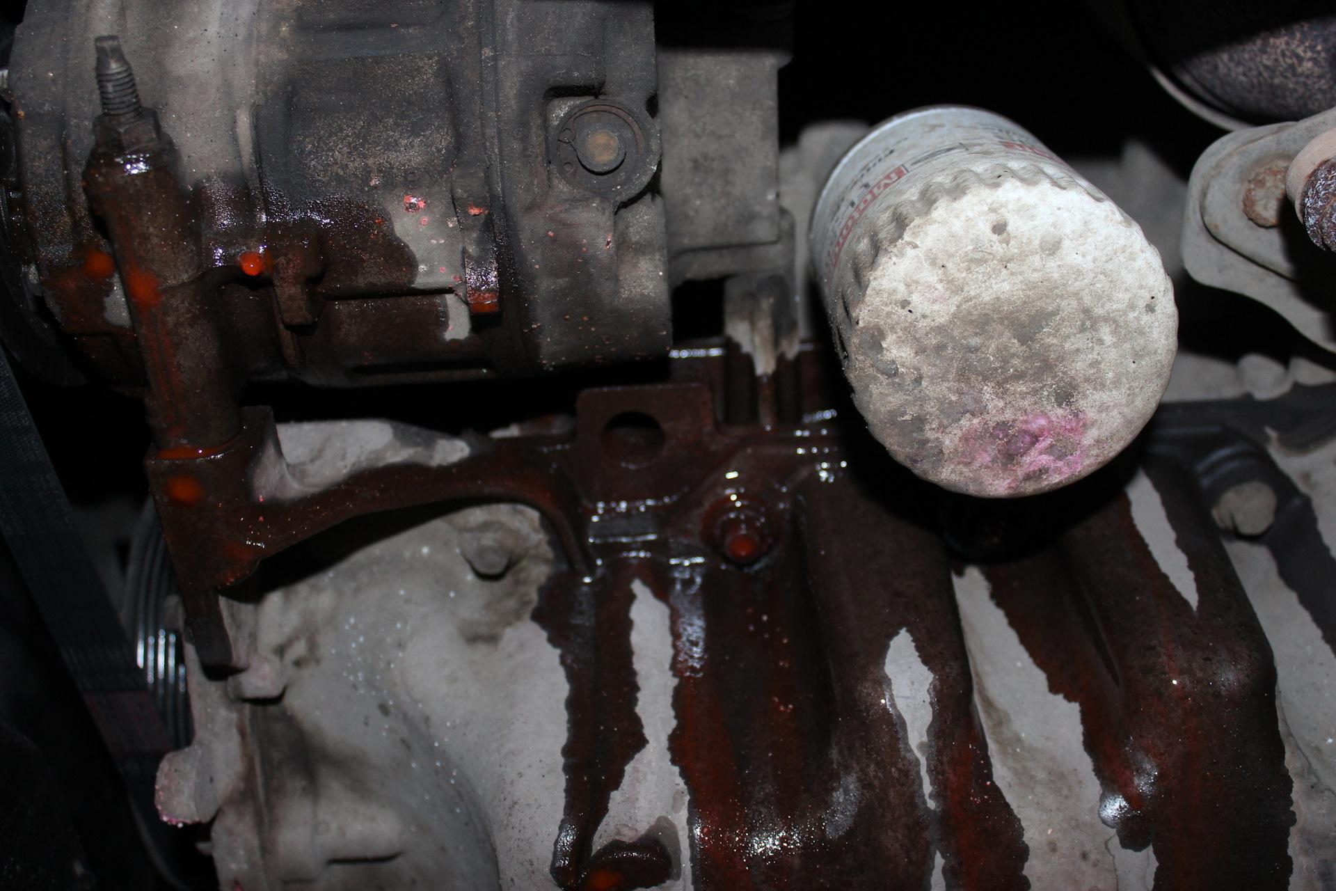 Для аккуратного снятия передней крышки нам потребуется снять трубку кондиционера, поэтому подключаем установку и откачиваем хладагент из системы кондиционирования