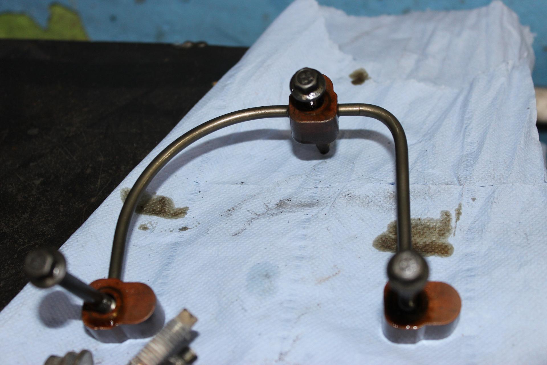 Снимаем трубки маслоснабжения для установки фиксаторов распредвалов